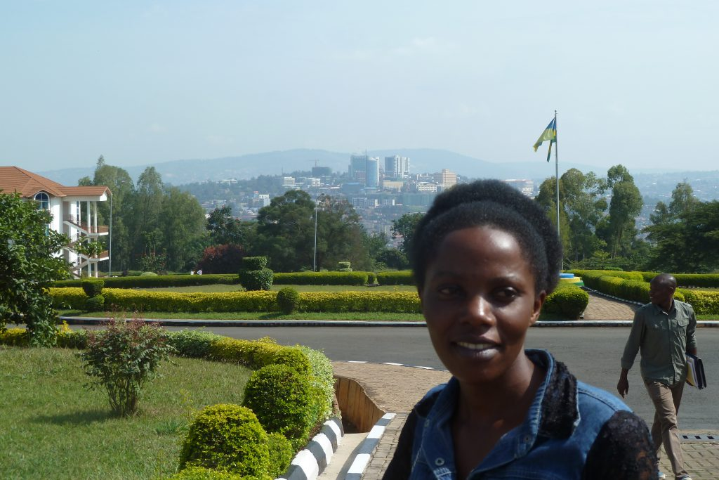 Grace auf ihrem Campus der Kigali Independent University ULK